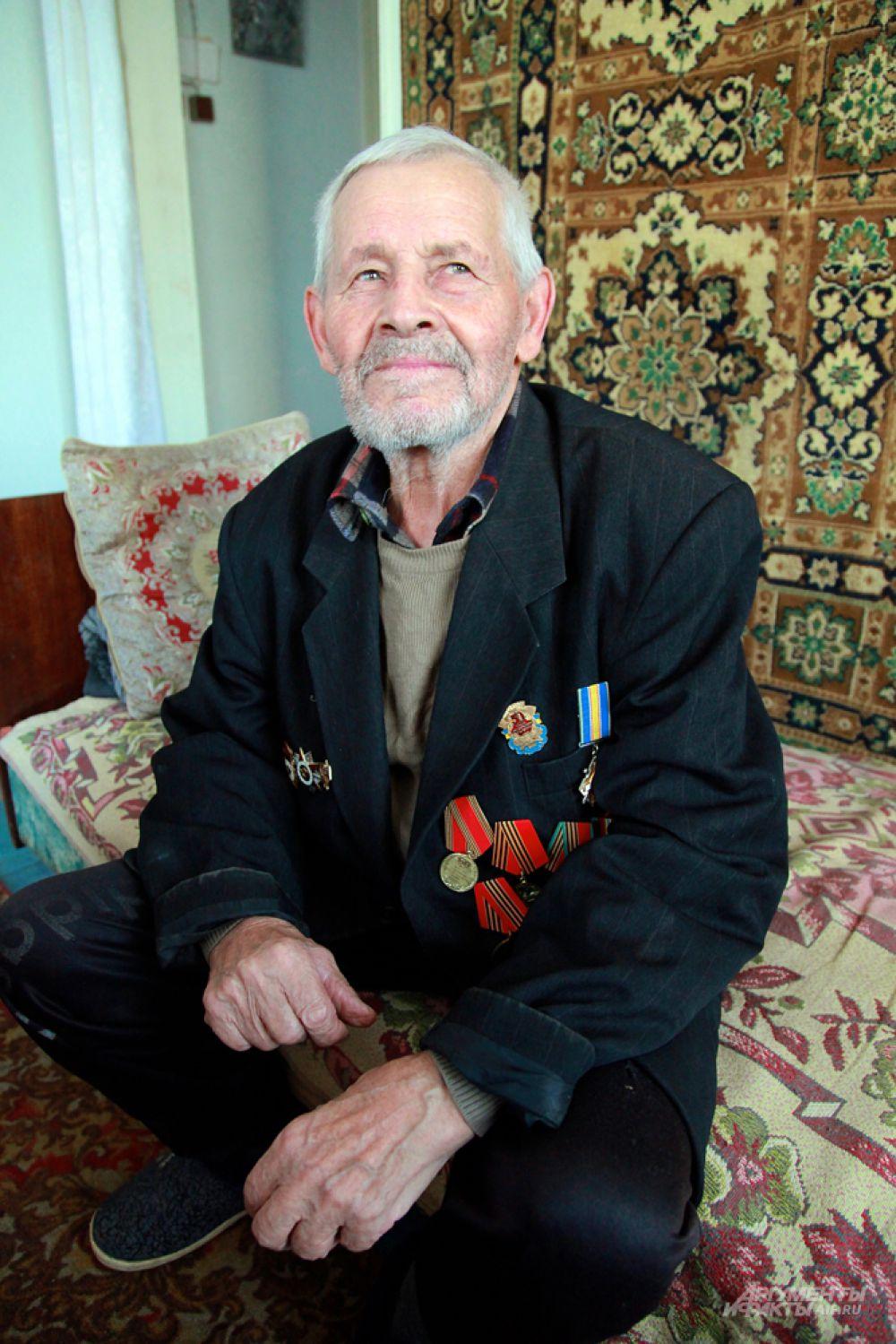 По возможности Виктор привозит продукты в поселок Михайловка, где живет 89-летний ветеран Великой Отечественной войны.