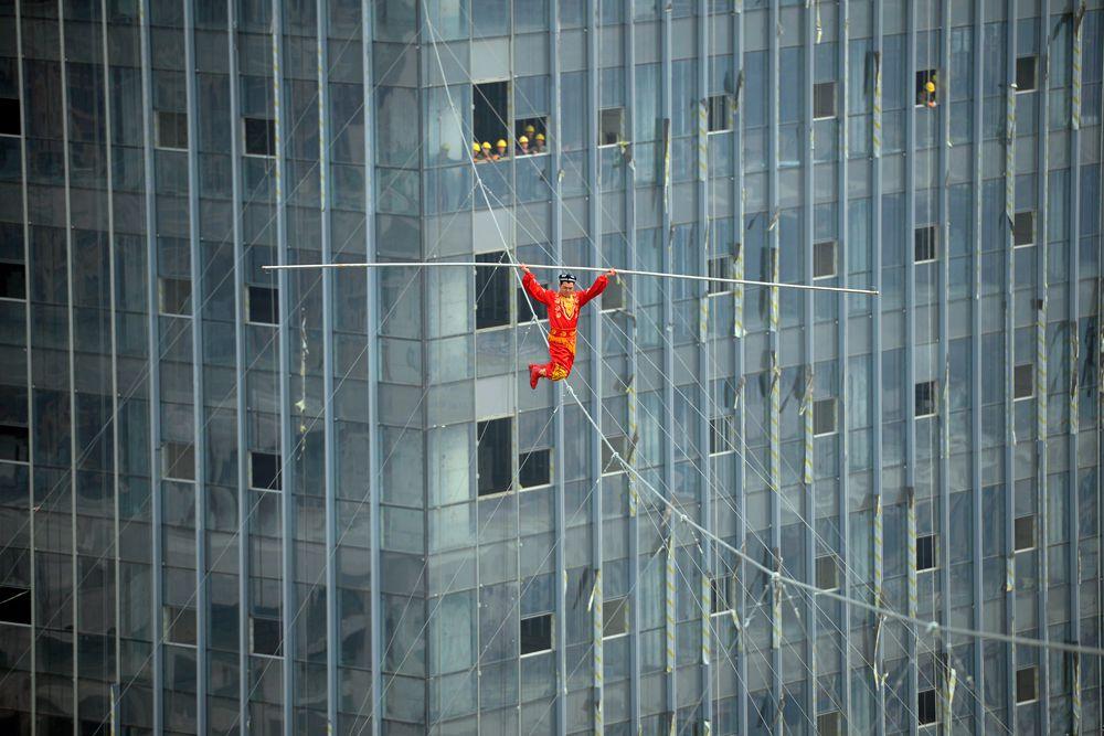 5 марта. Китай. Канатоходец над площадью Ванда в городе Тайюань.