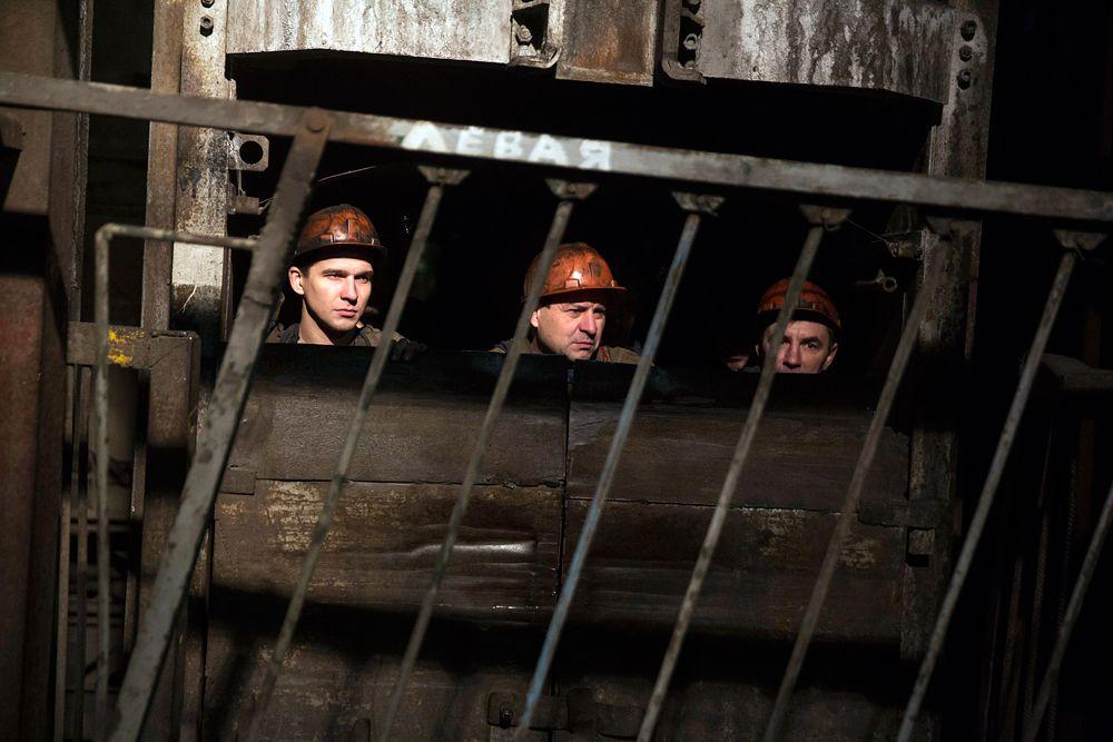 4 марта. Донецк. Шахтеры спускаются в шахту Засядько, где произошел взрыв метана. Погибли 17 человек.