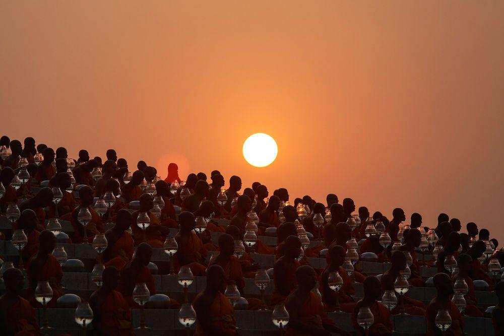 4 марта. Бангкок. Таиланд. Монахи храма Ват Пхра Дхаммакая готовятся к церемони праздника Макха Буча.