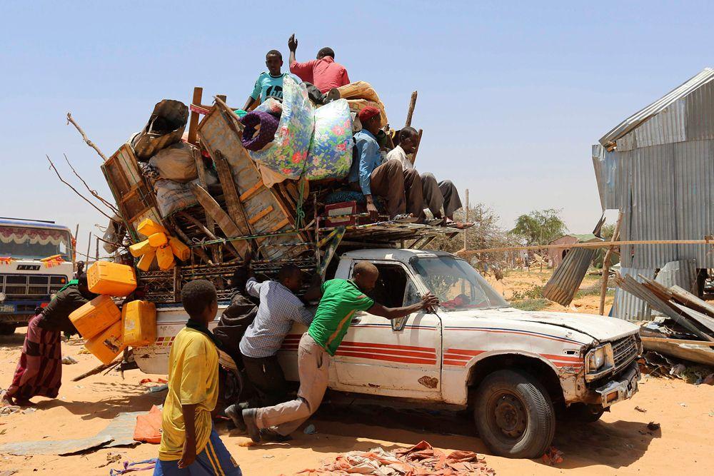 4 марта. Могадишо, Сомали. Семья сомалийских беженцев толкает пикап с личными вещами. Власти страны закрыли лагерь для беженцев, из-за чего сотни людей остались без крыши над головой.