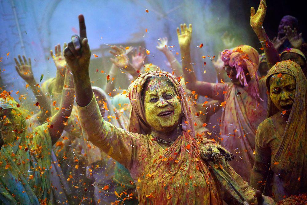 5 марта. Индия. Женщины во время празднования фестиваля красок Холи.