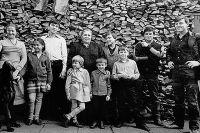 Слева направо: Ольга, Татьяна, Дмитрий, Нинель Сергеевна держит за плечи Ульяну и Сергея, Александр, Михаил, Олег и Василий. Отсутствуют Игорь, который в этот момент держит фотокамеру, и Людмила. 1985 год.
