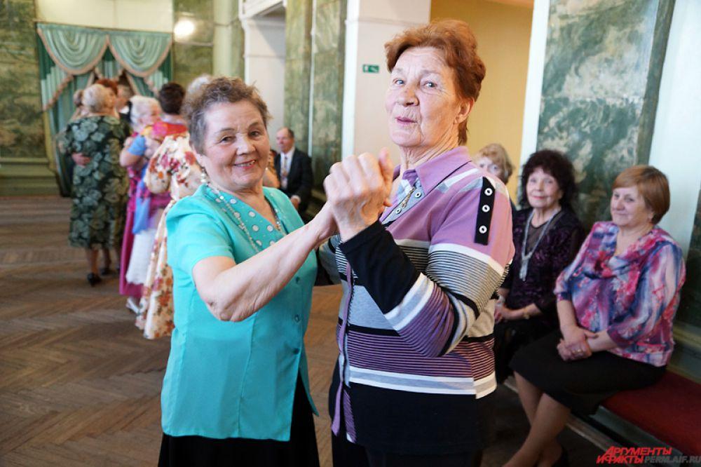 Порой из-за нехватки кавалеров пожилые дамы танцуют друг с другом.