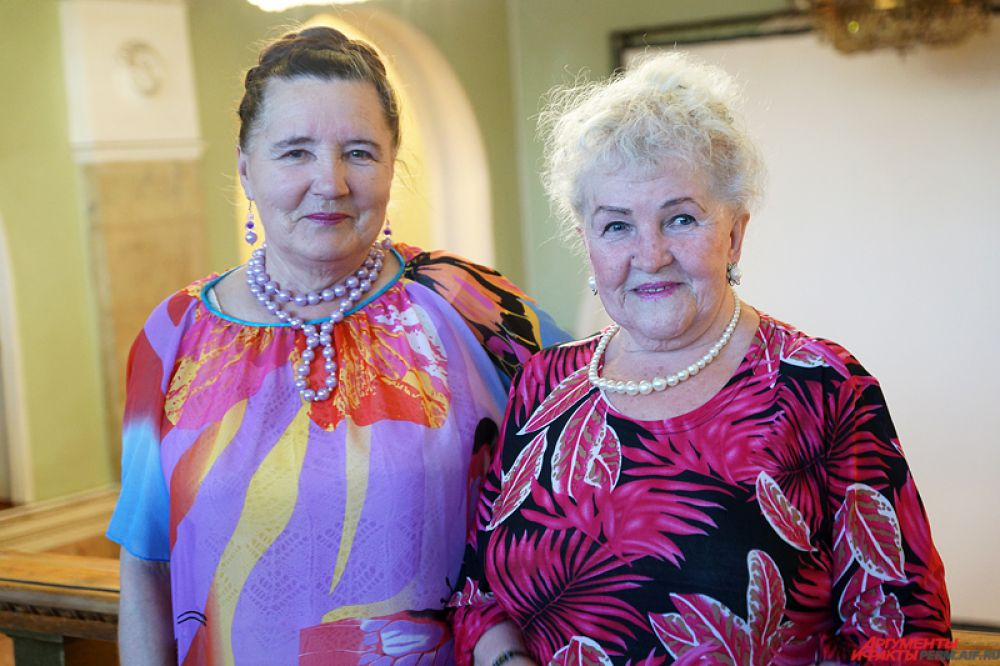 Прекрасные дамы одеваются в самые яркие наряды.
