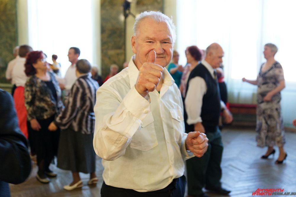Кажется, что пенсионеры готовы танцевать до утра – столько в них энергии!