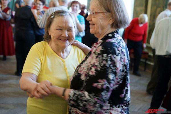 На лицах стариков то и дело мелькают улыбки.