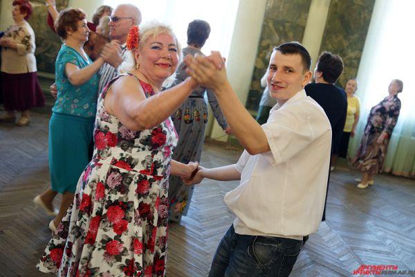 К пожилым людям присоединяются и юные танцоры.