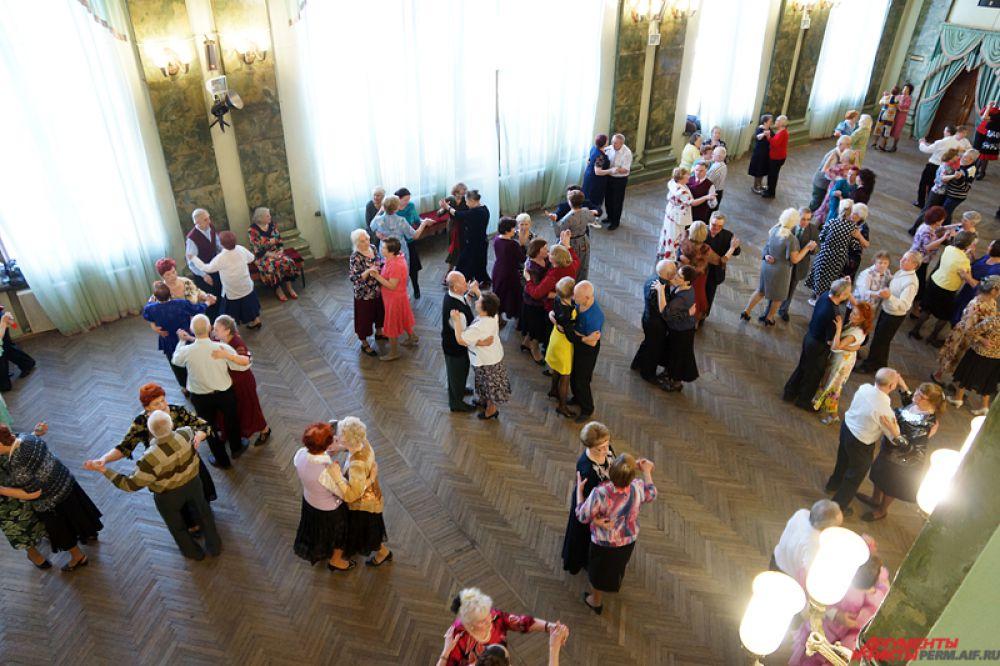 Ретро-танцы для пенсионеров проходят каждые выходные во дворце имени Солдатова.