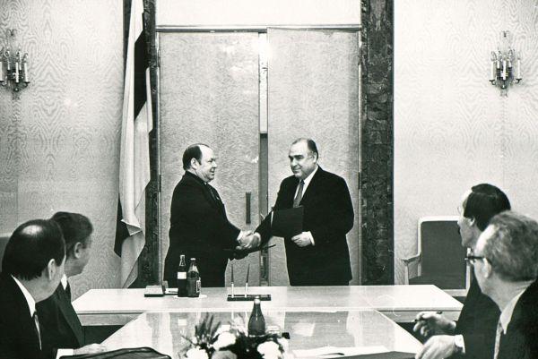Премьер-министр РТ Мухаммат Сабиров и Премьер-министр РФ Виктор Черномырдин во время подписания соглашений, Казань, 1993 г.