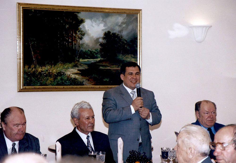 2000 год. Премьер-министр РТ Рустам Минниханов во время встречи с ветеранами Совета Министров ТАССР. Справа от него - Мухаммат Сабиров.