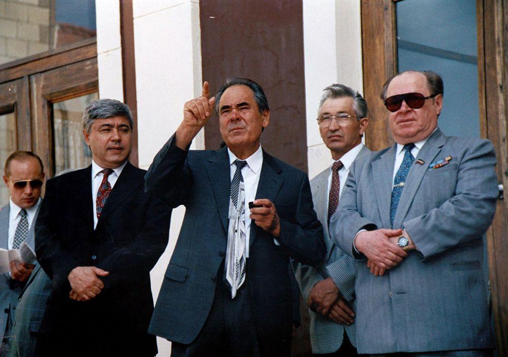 На праздновании Дня Победы. Слева направо: Фарид Мухаметшин, Минтимер Шаймиев, заместитель премьер-министра РТ Ильгиз Хайруллин, Мухаммат Сабиров, май 1994 г.