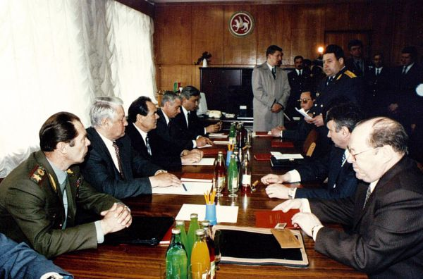Мухаммат Сабиров (крайний справа), президент РФ Борис Ельцин, президент РТ Минтимер Шаймиев,председатель Президиума Верховного Совета РТ Фарид Мухаметшин на встрече с руководителями КамАЗа, г. Набережные Челны, 1993 г.