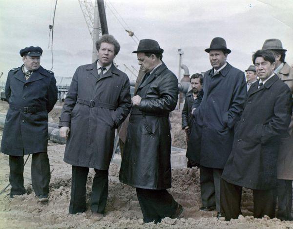 Мухаммат Сабиров (1-й слева)  и первый секретарь Татарского обкома КПСС Усманов Г.И. (4-й слева) на строительстве компрессорной станции в Помарах, 1980 г.