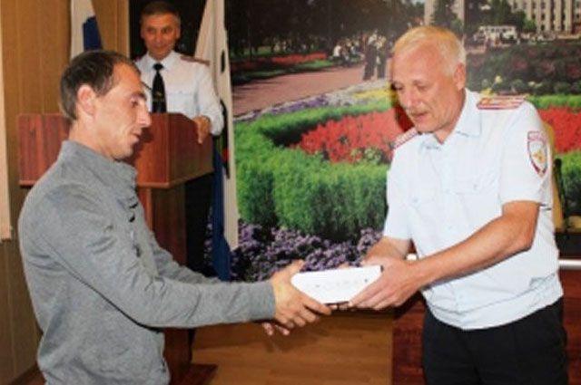 Олег Кнаус благодарит таксиста, нашедшего без вести пропавшую девочку.