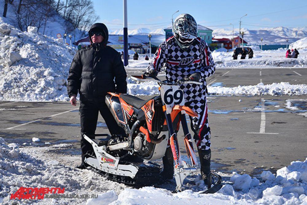 Бывший мотоцикл теперь - снежный гонщик.