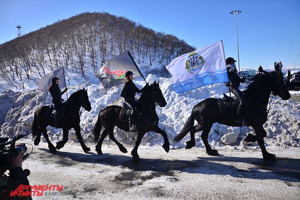 Флаги джип-шоу и Камчатского края сейчас вручат гонщикам.