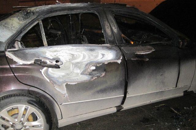 Сгоревший Mercedes-Benz.