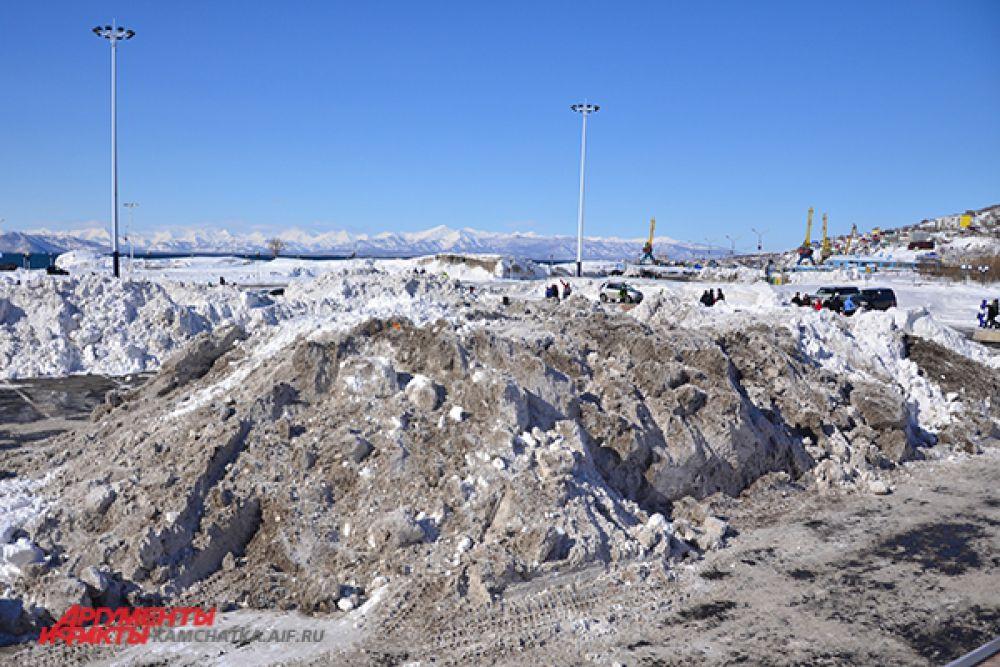 Снежные препятствия ждут автолюбителей.