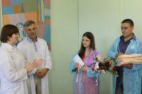 Родителей тройни поздравили все - от врачей до губернатора. Но участия официальных лиц для семейного благополучия пока недостаточно.