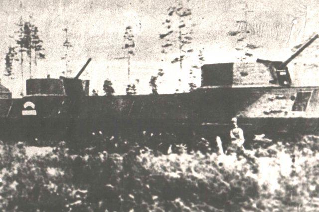 Первый построенный в Кузбассе бронепоезд «Лунинец», 1942 год.