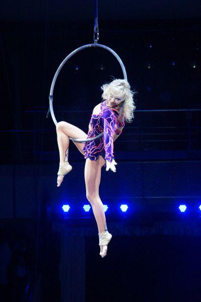Гимнастка Алёна Павлова на воздушном кольце.