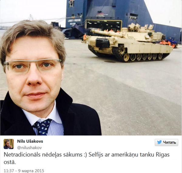 Мэр Риги Нил Ушаков в понедельник сделал селфи на фоне американской бронетехники.
