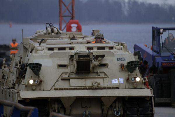 Первая партия этих вооружений и прибыла в Ригу. Американские войска примут участие в многонациональных военных учениях с Латвией, Литвой и Эстонией, которые пройдут в мае.