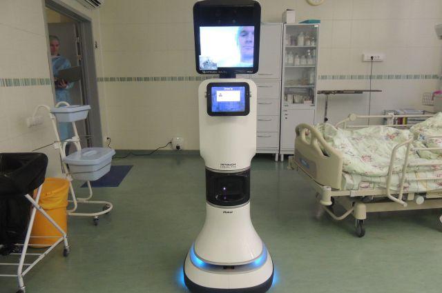 Робот передвигается по палате, объезжая препятствия.