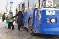 На безымянных пока остановках останавливается общественный транспорт.