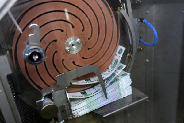 С помощью этой машины упаковываются денежные купюры.