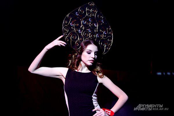Один из этапов конкурса был творческим: участницы должны были сами придумать себе головной убор и продемонстрировать его публике.