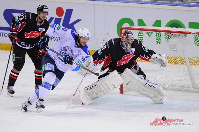 Вратарь омичей Константин Барулин помог своей команде обыграть неуступчивых гостей.