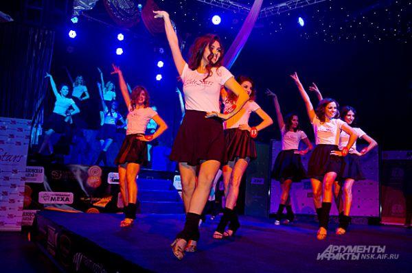 Финал конкурса начался с зажигательного танца финалисток.