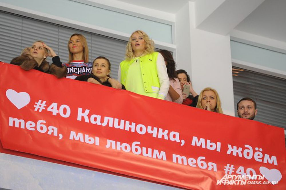 Певица Пелагея болела за «ястребов» вместе с жёнами игроков.