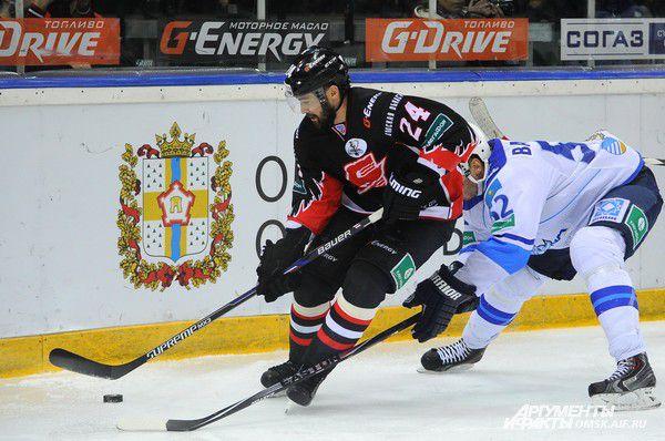 Александр Попов уходит от оппонента.