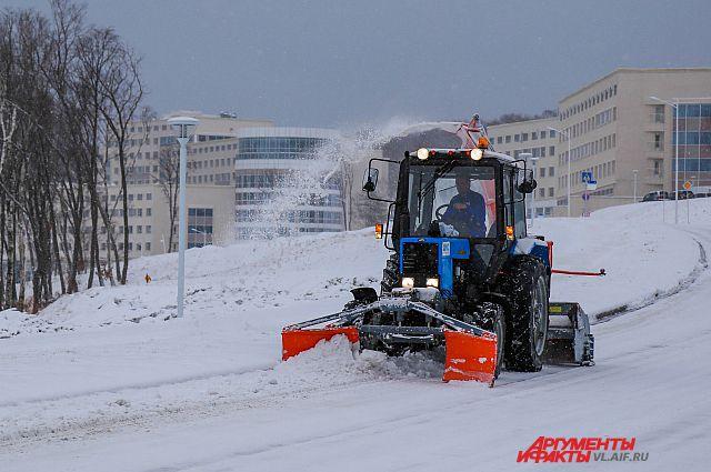 Снегоуборочная техника очищает дороги.