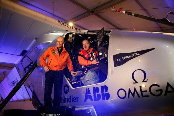 Самолет построен одноместным, однако пилотируют его два пилота по очереди. По информации издания, это будут энтузиасты экологически чистых технологий – Андре Боршберг, сидевший за штурвалом в Абу-Даби, и Бертран Пикар.
