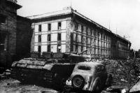 Здание имперской канцелярии в Берлине, под которым находился бункер Гитлера, сохранилось только на архивных снимках. Оно снесено как символ преступлений фашизма. Фотография 1945 года.