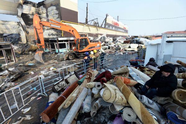 Раненые и погибшие — это продавцы. Когда начался пожар, они забегали внутрь здания и пытались спасти свой товар. На улицу выносились ковры, одежда, стулья, зеркала, манекены. Все скидывалось на снег около пожарных машин.
