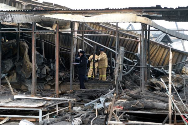 Завалы трехэтажного торгового центра спасатели разбирали весь четверг. Продвигались осторожно: внутри было много металлических конструкций, которые могли обрушиться.