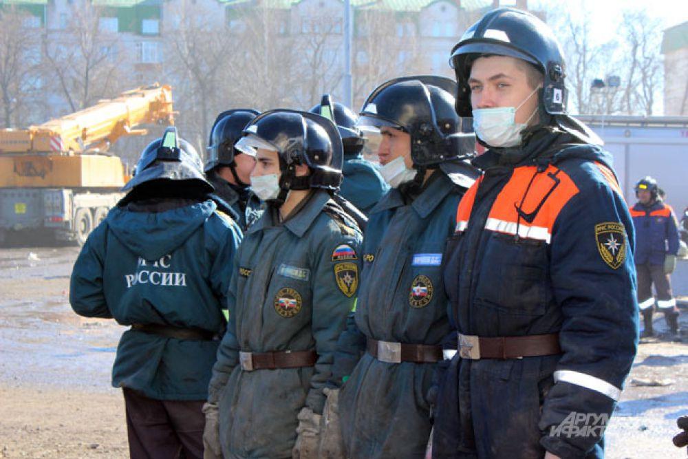 Пожарные и спасатели работают в масках.