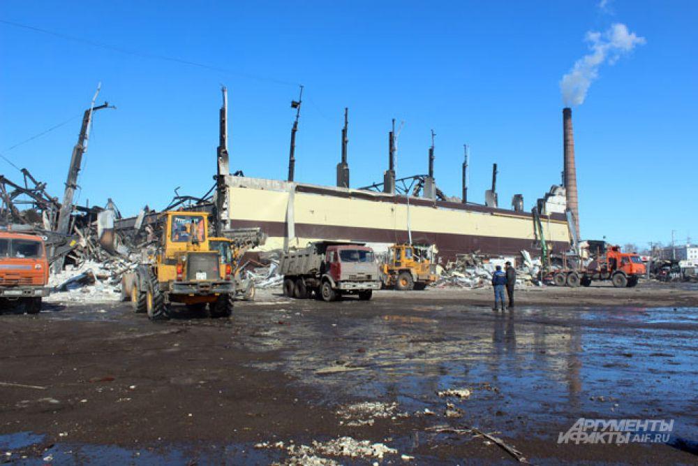 Под завалами сгоревшего торгового центра найдены тела 14 погибших.