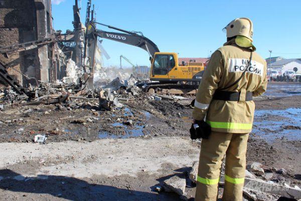 Работа ведется на нескольких участках. По сообщениям родственников, спасатели предположительно знают, в каком зале мог находиться пропавший человек, в каком ряду.