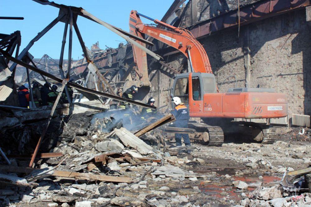 Специалисты распиливают, растаскивают конструкции здания.