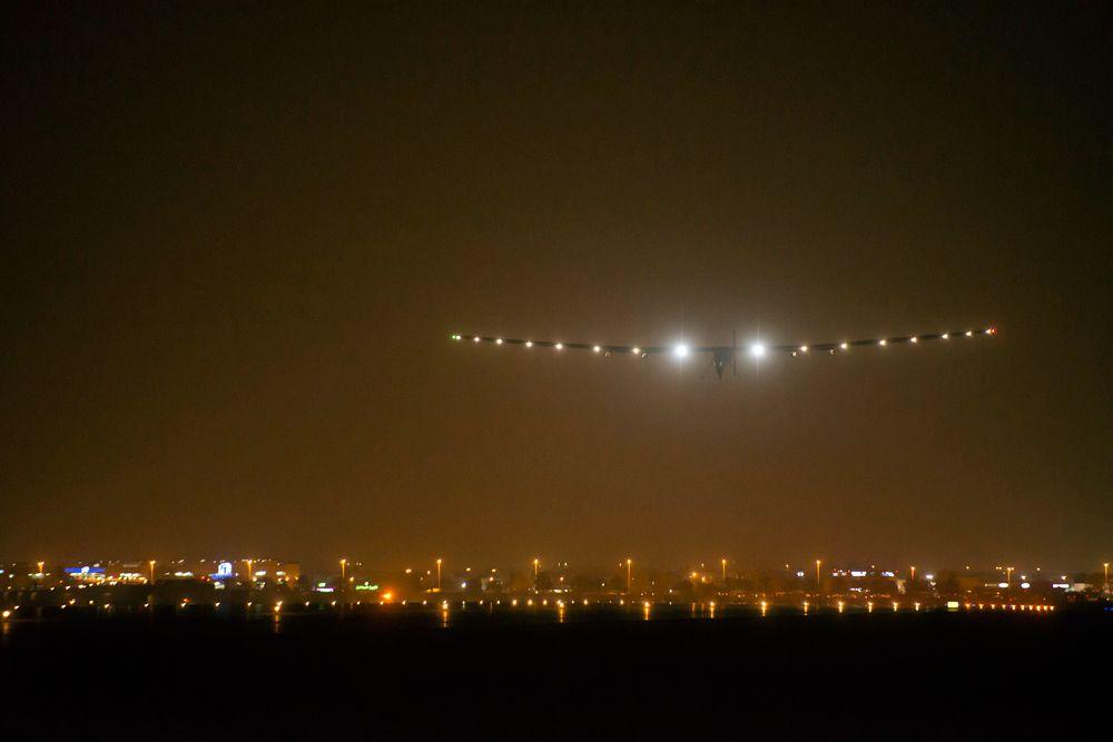 10 марта. Приземление самолета на солнечных батареях Solar Impulse 2 в индийском городе Ахмадабаде.