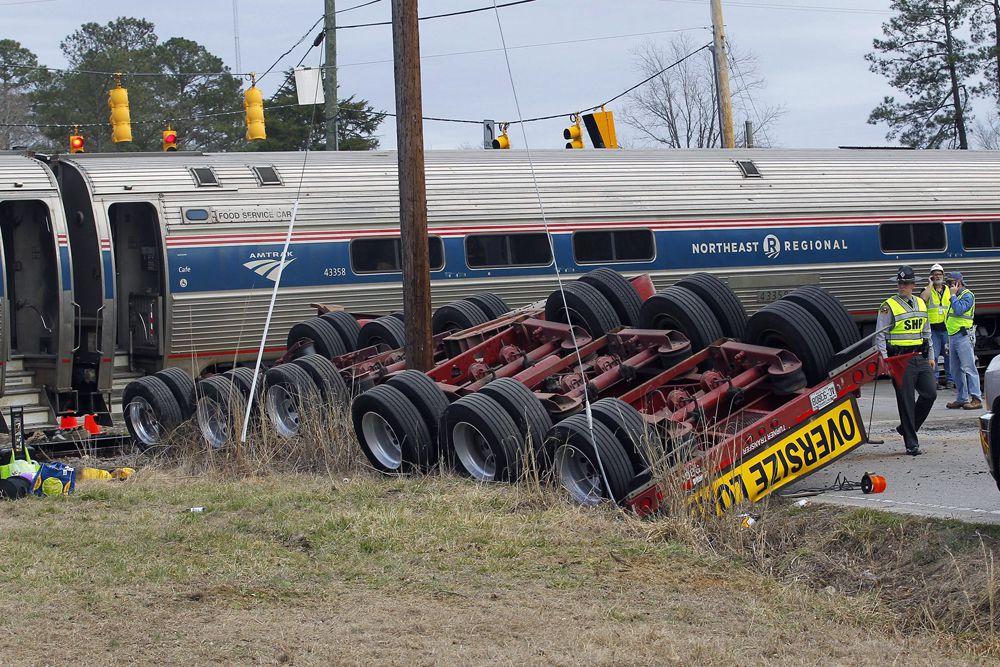 9 марта. Место аварии в США с участием поезда и грузовика. По данным местных властей, пострадали не менее 50 человек.