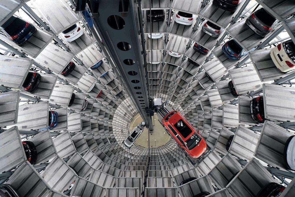 10 марта. Многоуровневая парковка на заводе Volkswagen, откуда покупатели могут уехать на новых автомобилях.
