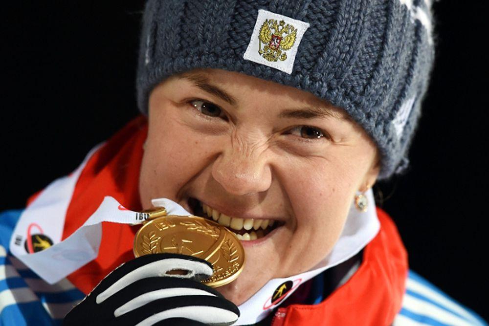 11 марта. Екатерина Юрлова, завоевавшая золотую медаль в индивидуальной гонке среди женщин на чемпионате мира по биатлону в финском Контиолахти, на церемонии награждения.