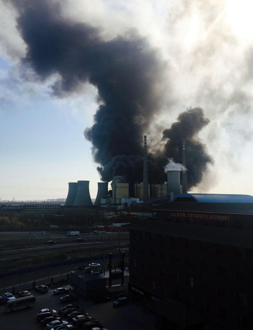 13 марта. Дым от пожара на электростанции в Пекине, которая производит 10 процентов всей электроэнергии города.